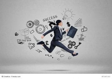 Frau läuft mit großen Schritt zum Erfolg