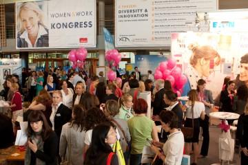 Besucherinnenandrang auf der women&work