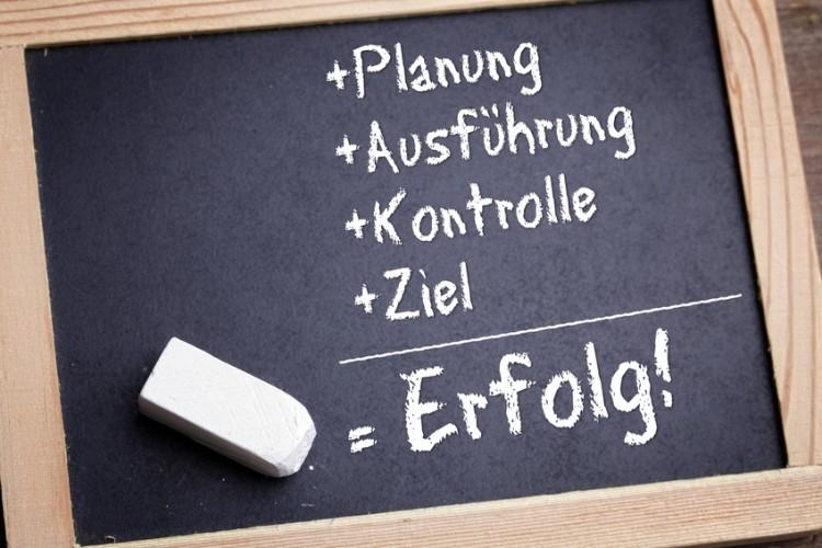 Tafel mit Kreideschrift: Planung+Ausführung+Kontrolle+Ziel=Erfolg