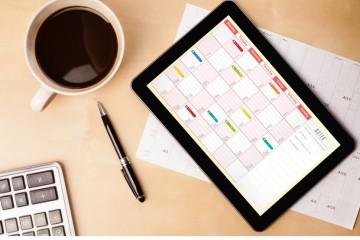 Tablet mit Terminkalender auf einem Schreibtisch , Termine für Gründerinnen