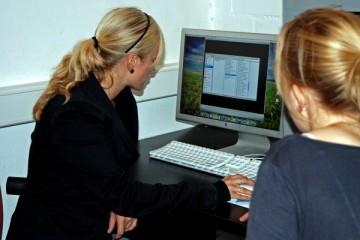 zwei Frauen vor einem Computer als Ausdruck für Beste Aussichten für IT-Spezialistinnen