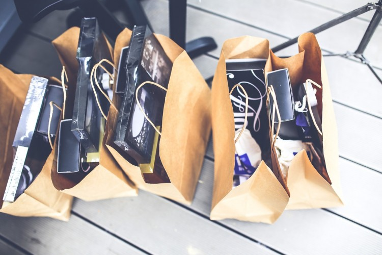 Taschen mit Geschenken - Sachbezüge für Mitarbeiter