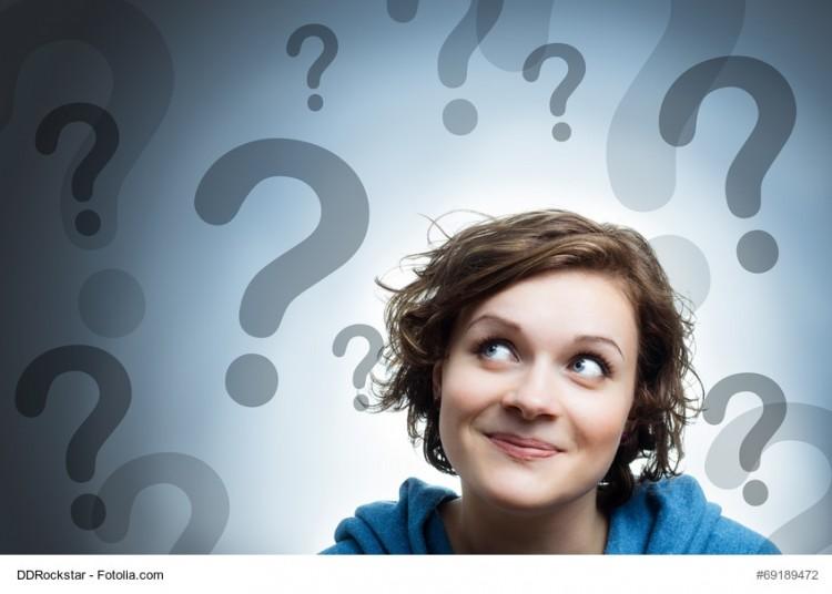 Frau mit vielen Fragezeichen - Verständnisprobleme beim Business Slang
