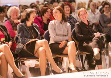 lachende Frauen auf dem Feminess Business Kongress