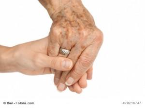 Eine alte Hand hält eine junge Hand