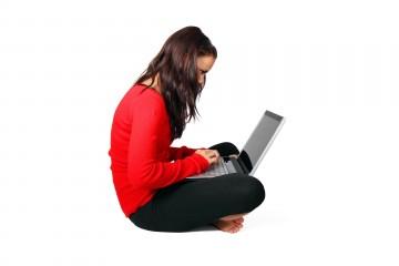 Frau sitzt gekrümmt mit Laptop auf dem Schoß - Richtiges Sitzen im Büro geht anders - PublicDomainPictures - pixabay