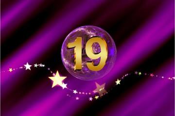 SHEworks Adventskalender Türchen 19 lila Kugel mit goldener 19 und sternebanner
