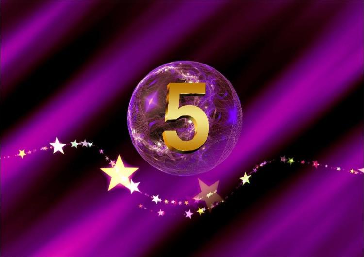 SHEworks! Adventskalender Türchen 5 lila Kugel mit goldener 5