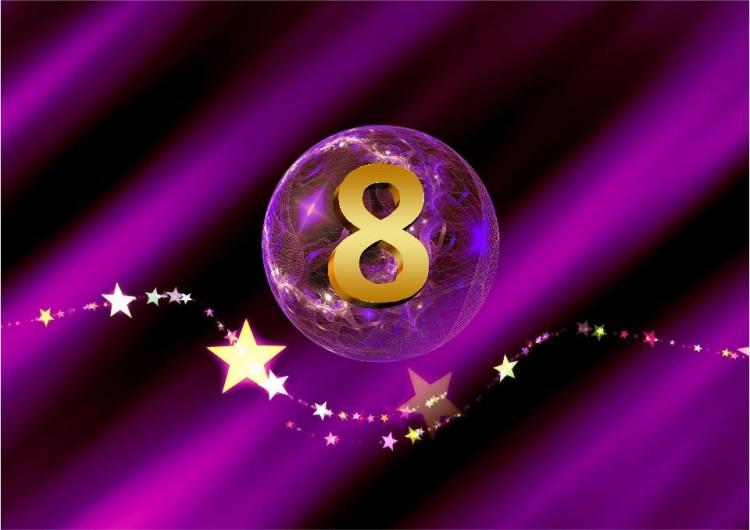 lila Kugel mit goldener 8 und Sternenbanner SHEworks Adventskalender