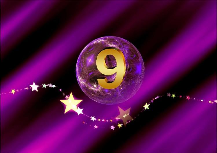 SHEworks Adventskalender Türchen 9 lila Kugel mit goldener 9 und Sternenbanner