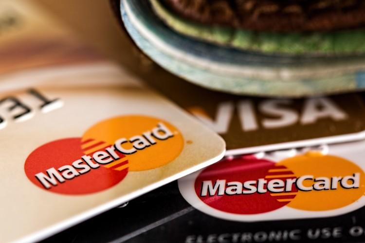 Kreditkarten für Freiberuflerinnen und Gründerinnen MasterCard und Visa auf einem Tisch