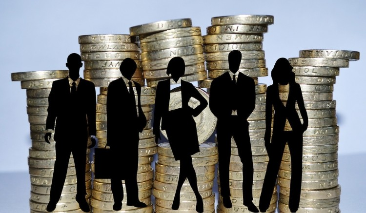 Gehaltsumfrage, Entgeltlücke, Frauen und Lohn, Menschgruppe vor Münztürmen