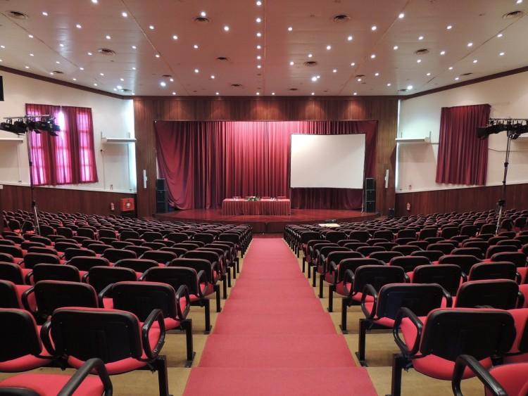 Tagungsraum mit roten Sitzen und roten Teppich auf einer Treppe