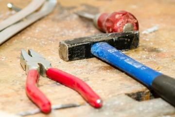 Familienfreundlichkeit im Handwerk, - Werkzeuge auf einer Werkbank