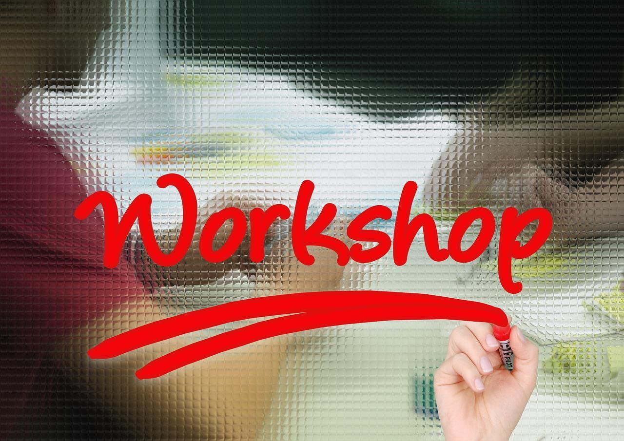 Workshop mit roter Schrift auf Glasscheibe