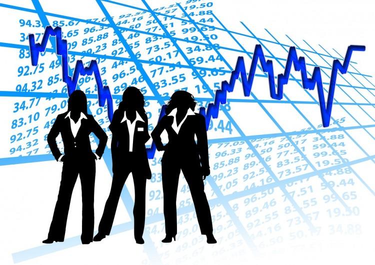 Frauen und Banken - Frauen als Silouhette vor Zahlen und Diagrammen