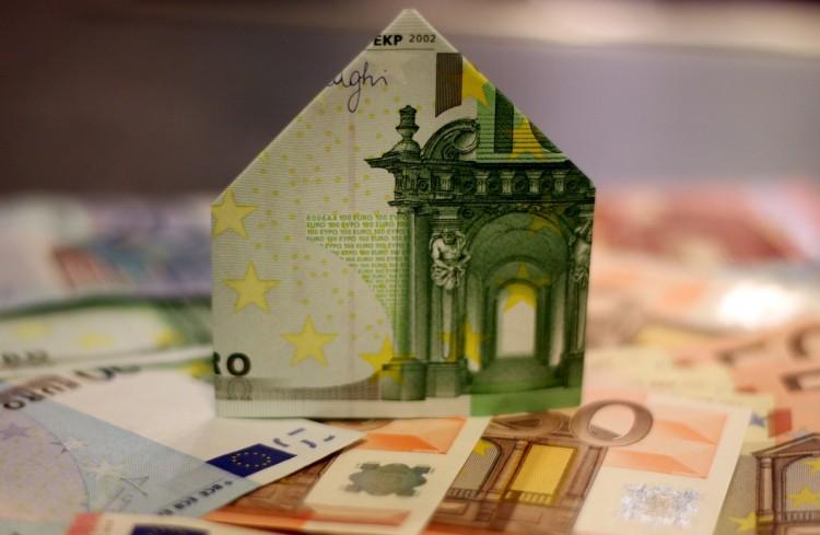 Fremdfinanzierung durch GRünderkredit - Euronote zum Haus gefaltet