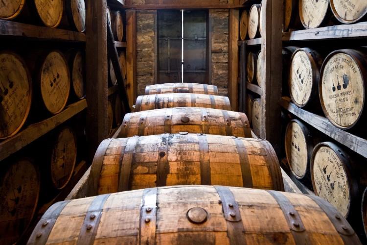 Frauen und Whiskey - Whiskeyfässer