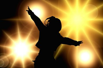 Frauenshilouette tanzt im Scheinwerferlicht - Setz' Dich ins Licht
