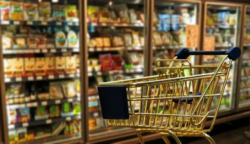 Einkaufswagen vor Schaufenster - Digitalisierung des Handels