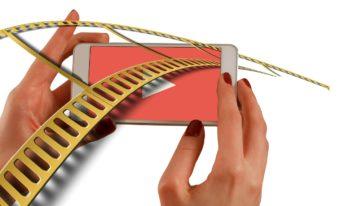 Frauenhände mit Smartphone - Erklärvideos als Marktinginstrument