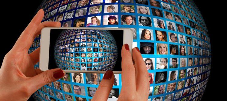 Smartphone Weltkugel Frauen - Media Women Connect