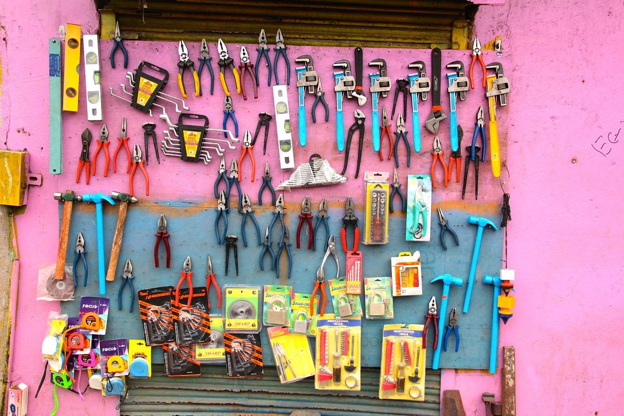 Werkzeuge vor einer pinkfarbenen Wand - Gründerinnen Werkstatt
