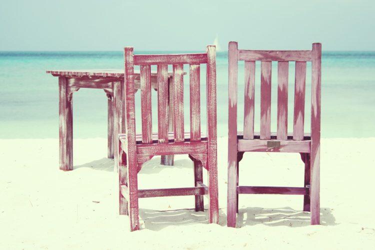 Stühle am Strand - SPitzenfrauen im Norden