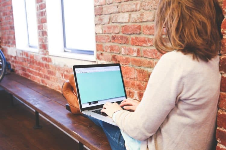 mobil arbeiten - mit Laptop auf einer Bank im irgendwo