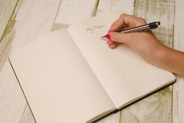 Hand mit Stift schreibt checklist nebenberuf