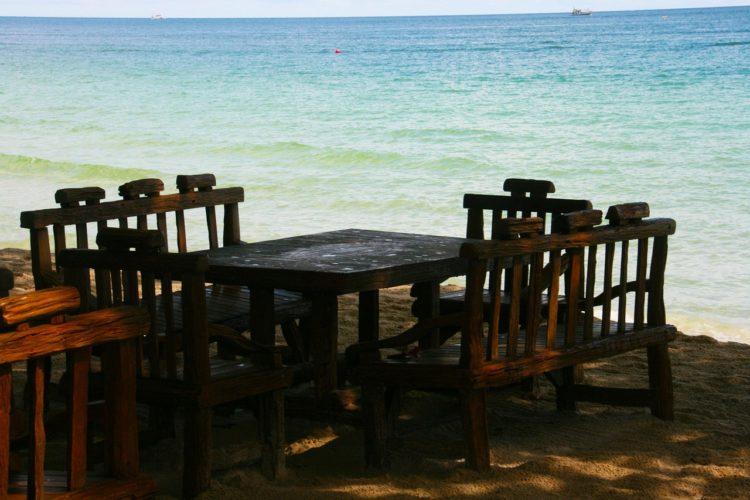 Stühle und Tische am Strand - Summer school