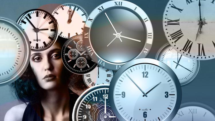 Produktiv statt Stress - Uhren und Frauengesicht