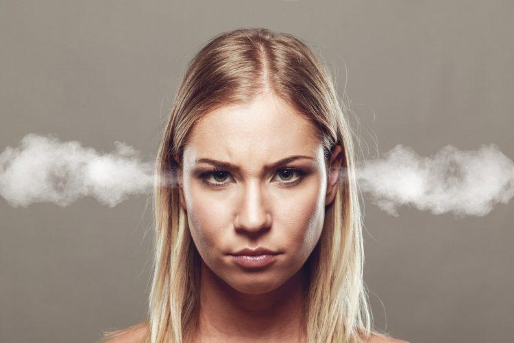 DSGVO treibt Webseitenbetreiber zur Weißglut - Frau mit wütendem Blick und Dampf kommt aus den Ohren