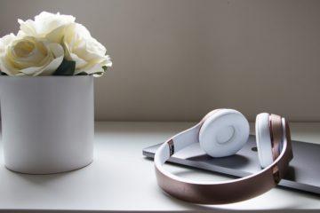 Weiterbildung mit Hörbüchern - Blumen, Laptop, Kopfhörer