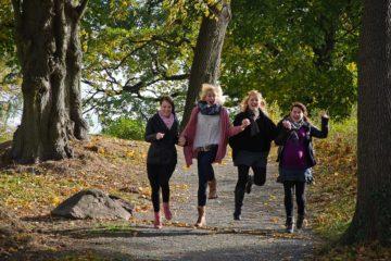 Junge Frauen im herbstlichem Umfeld - Altersvorsorge